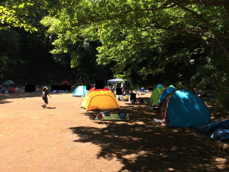 フィールドアスレチック 横浜つくし野コースでテントを立てる人たち