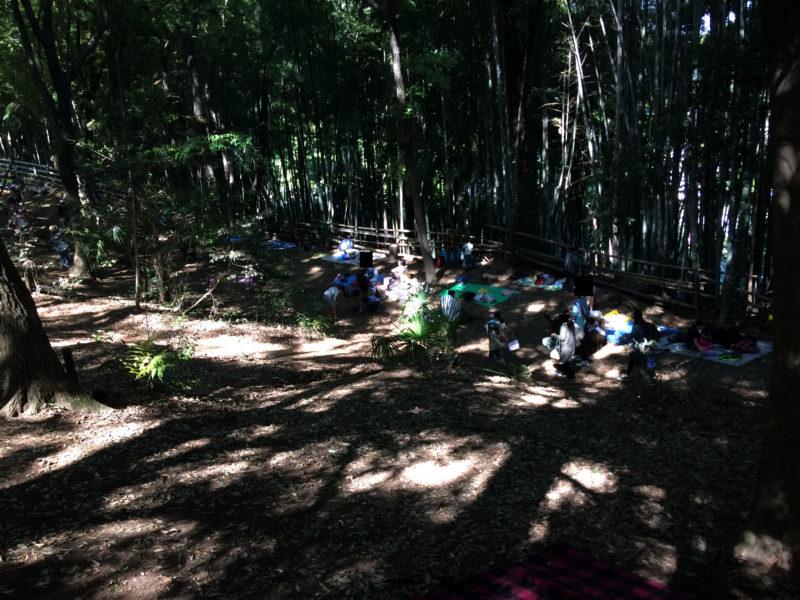 フィールドアスレチック 横浜つくし野コース でレジャーシートを敷く人達