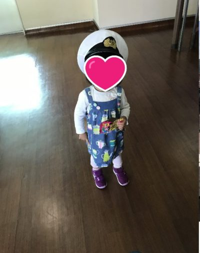 箱根遊覧船で帽子をかぶせてもらった子ども