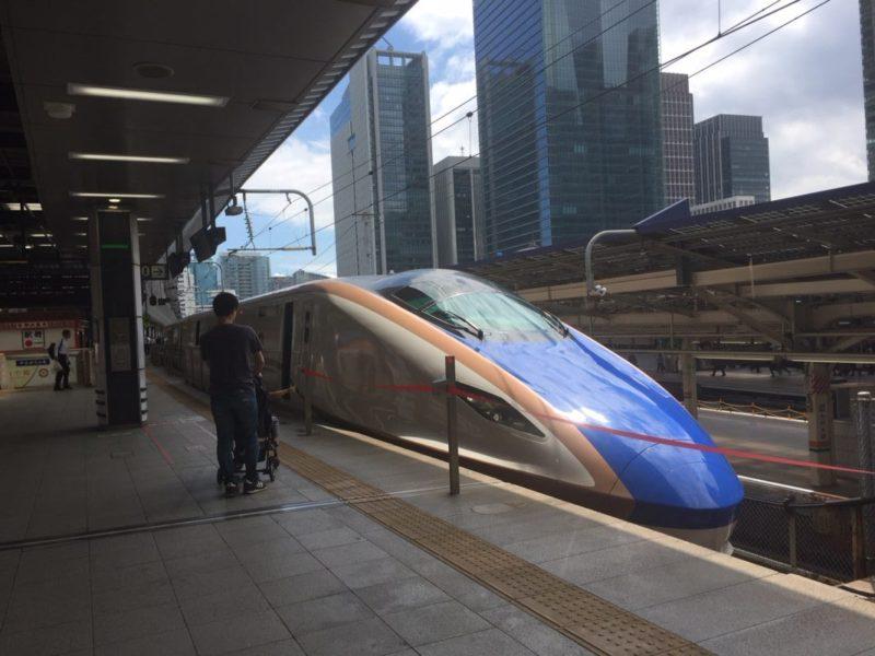 東京駅のホームに停まっているかがやき(北陸新幹線)