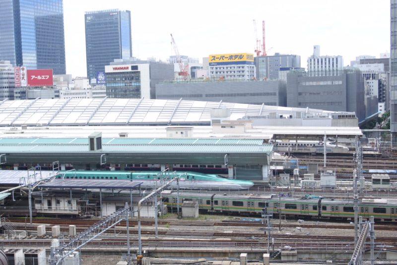 KITTEの屋上庭園からみた東京駅に停車する鉄道
