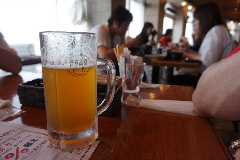 伊東マリンタウンのレストランでビール