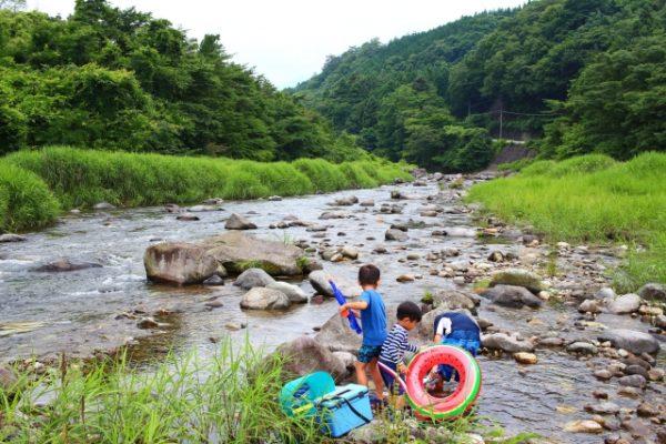 川遊びをする子どもたち