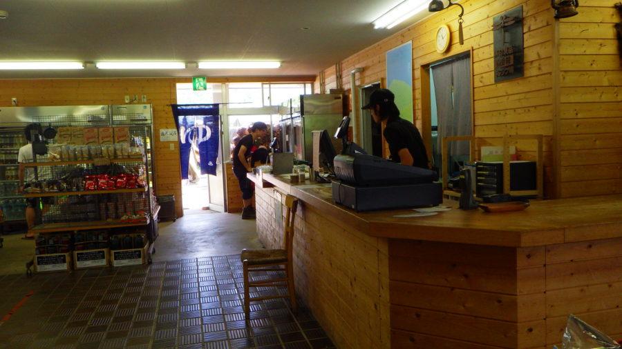 南乗鞍キャンプ場のセンターハウスの受付カウンター