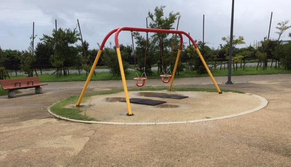 とびっこ公園の椅子型のブランコ