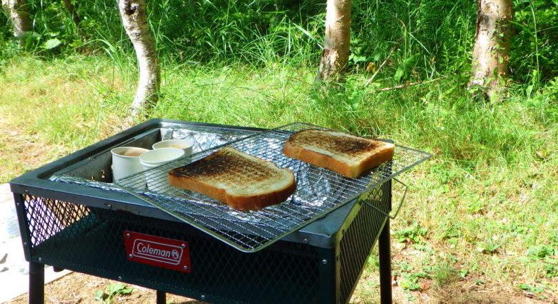 南乗鞍キャンプ場で朝食にトーストを焼く