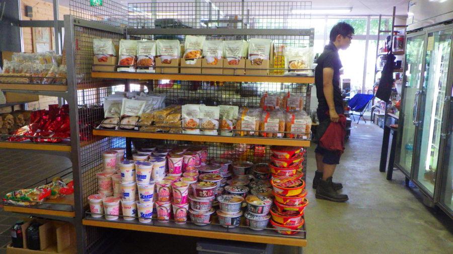 南乗鞍キャンプ場のセンターハウスの食料品(カレー、レトルト食品)