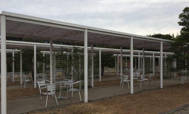 ガーデンパークの梅園にある休憩スペース
