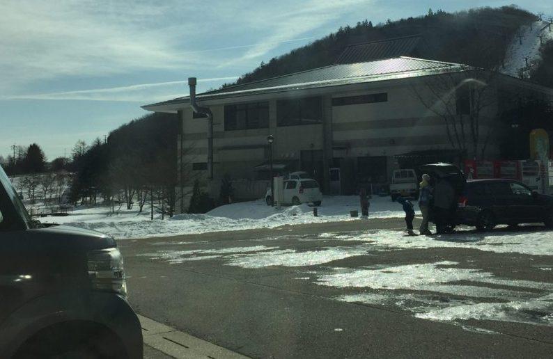 茶臼山高原スキー場の駐車場の雪の状態