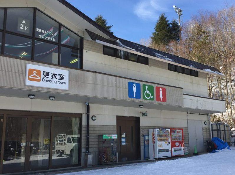茶臼山高原スキー場の更衣室前写真