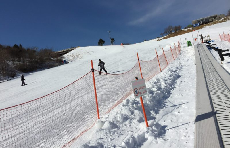 茶臼山高原スキー場のソリ専用ゲレンデ用のベルコン