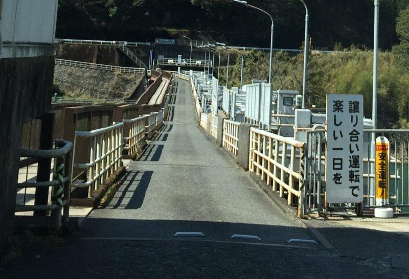 塩郷ダムの上の橋