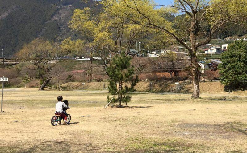 くのわき親水公園キャンプ場でストライダーをする子ども