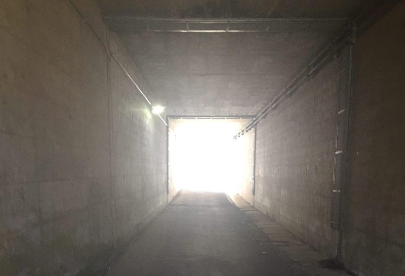 つる道の駅からリニア実験センターへ行くときの中央道の下のトンネル