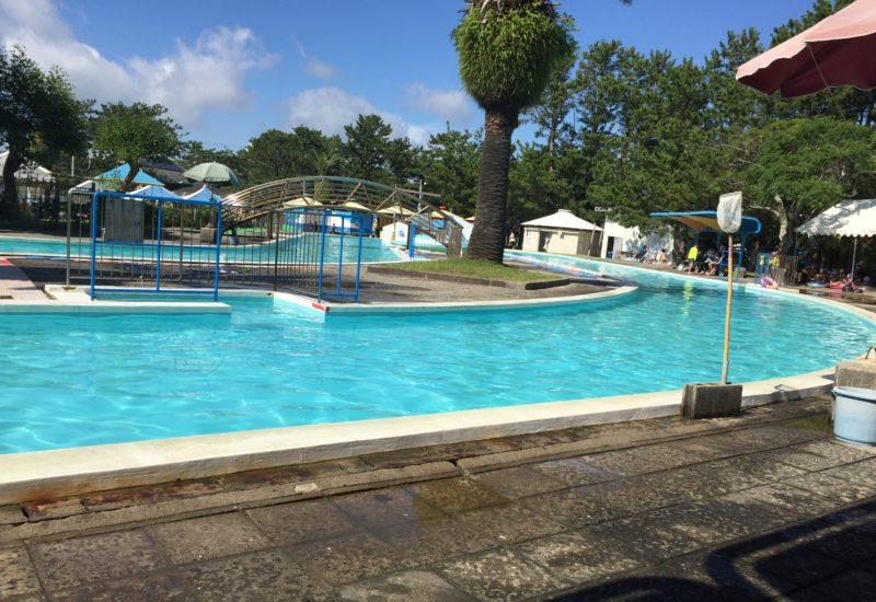 新居弁天わんぱくランドの流れるプールを南側プールサイドから撮った写真
