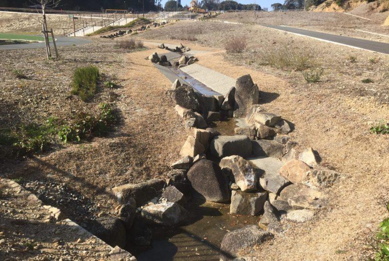 光川夢の丘公園内に流れる小川