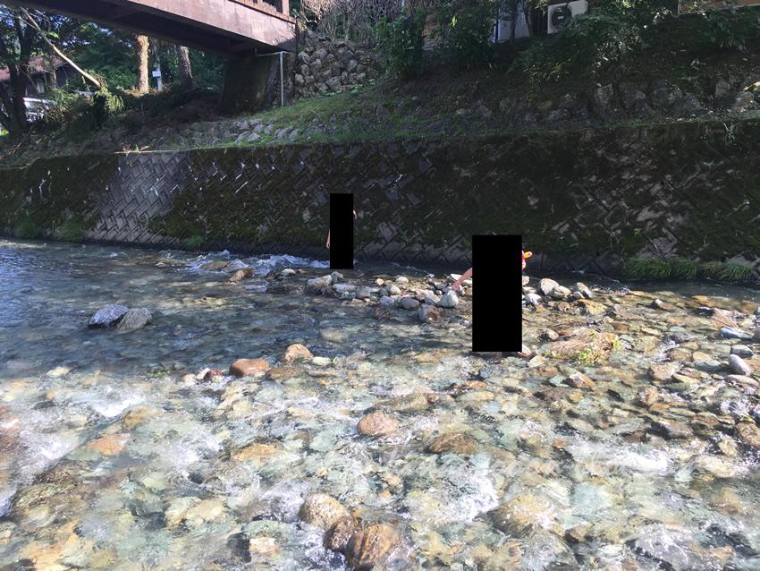くんま水車の里の横の阿多古川の水深